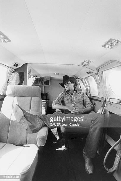 John Travolta At Home In The United States John TRAVOLTA en tenue western sommeille à bord de son avion bimoteur EtatsUnis août 1980