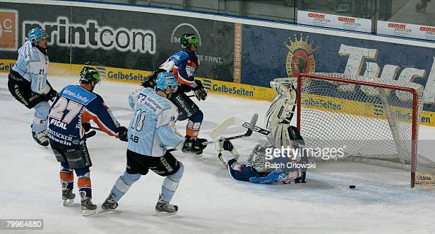 John Tripp of Hamburg makes a goal against Nuremberg during the DEL match between Sinupret Ice Tigers and Hamburg Freezers at the Arena Nuernberger...