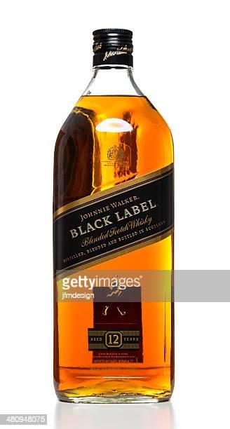 johnnie walker negro etiqueta de 12 años de botella - johnnie walker whisky fotografías e imágenes de stock