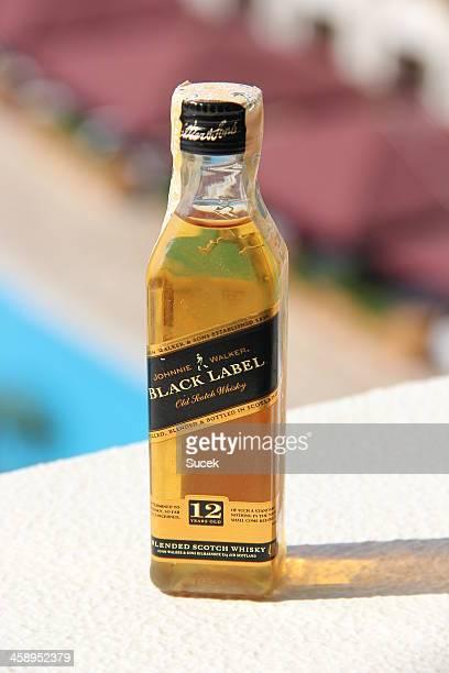 etiqueta negra whisky johnnie walker - johnnie walker whisky fotografías e imágenes de stock