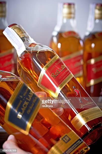 el whisky johnnie walker - johnnie walker whisky fotografías e imágenes de stock
