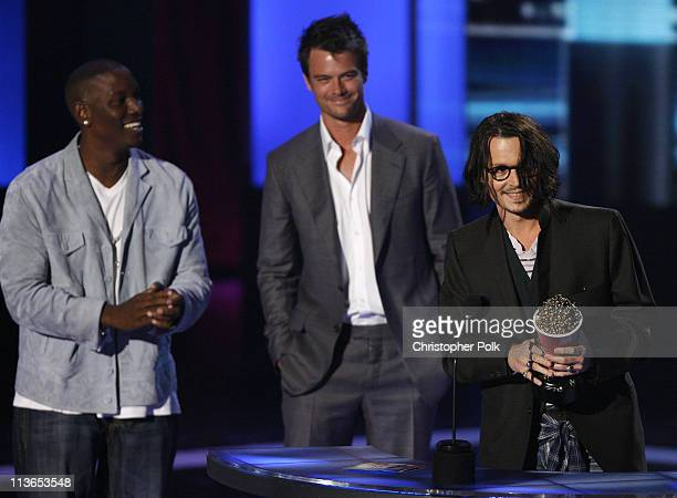 """Johnny Depp accepts Best Performance award for """"Pirates of the Caribbean Dead Man's Chest"""" from presenters Tyrese Gibson and Josh Duhamel"""