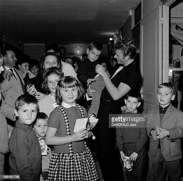 Johnny Hallyday And His Fans Paris 1 novembre 1962 Johnny HALLYDAY chanteur français et ses fans âgés de moins de 12 ans celuici portant un jeune...