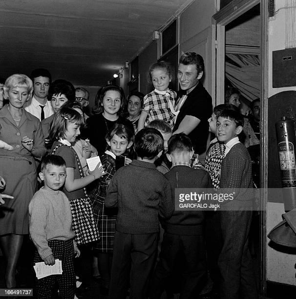 Johnny Hallyday And His Fans Paris 1 novembre 1962 Johnny HALLYDAY chanteur français et ses fans âgés de moins de 12 ans celuici souriant portant une...