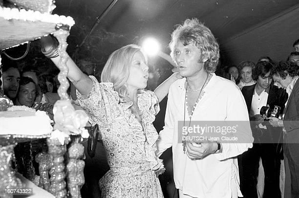Johnny Hallyday Celebrates Its 30th Bithday En France le 18 juin 1973 lors d'une tournée commune avec son épouse Sylvie VARTAN le chanteur Johnny...