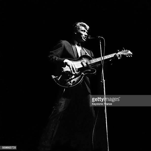 Johnny Hallyday en concert à l'Olympia à Paris France le 23 septembre 1961