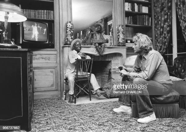 Johnny Hallyday entrain de regarder la télévision en septembre 1979 à Paris France