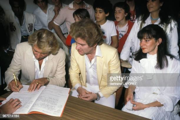 Johnny Hallyday est le témoin d'Eddy Mitchell lors du mariage de ce dernier avec Muriel Bailleul le 24 mai 1980 à Saint-Tropez, France.