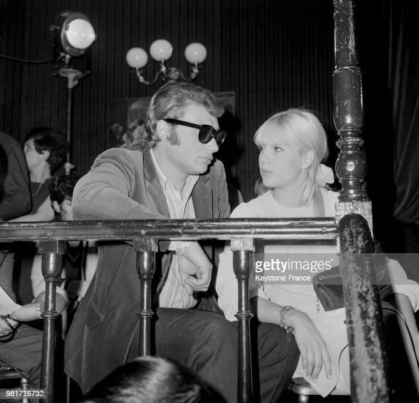 Johnny Hallyday et Sylvie Vartan assistant à 'Yéyé' la présentation de la deuxième collection Automne/Hiver 1966/1967 de Sylvie Vartan à Paris en...