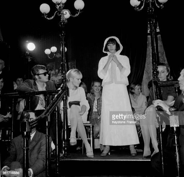 Johnny Hallyday et Sylvie Vartan assistent à 'Yéyé' la présentation de la deuxième collection Automne/Hiver 1966/1967 de Sylvie Vartan à Paris en...