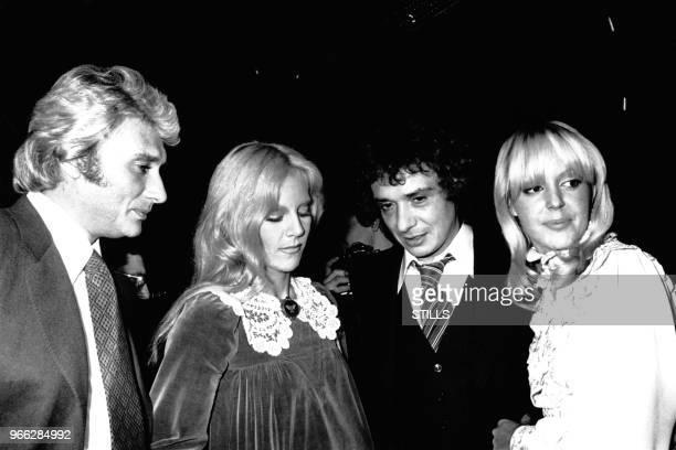 Johnny Hallyday et Sylvie Vartan felicitent les maries Michel Sardou et Babette le 14 octobre 1977 NeuillysurSeine France