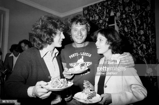 Johnny Hallyday fête ses 33 ans avec Gérard Lenorman et sa femme Caroline à Thoiry, France, le 16 juin 1976.