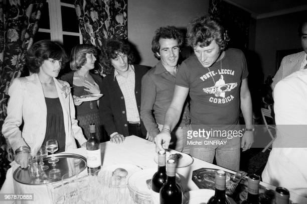 Johnny Hallyday fête ses 33 ans avec ses amis dont Gérard Lenorman et sa femme Caroline à Thoiry, France, le 16 juin 1976.