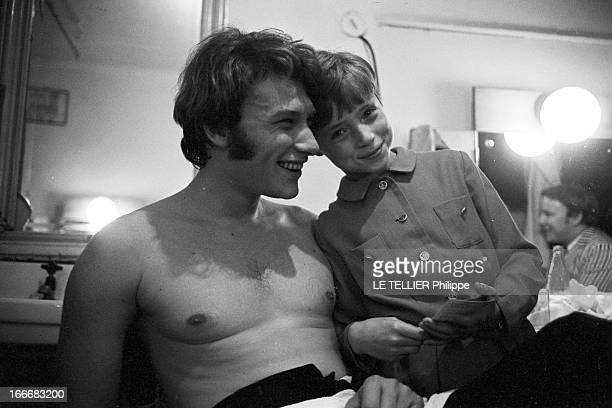 Johnny Hallyday In Czechoslovakia En Tchécoslovaquie le 3 juillet 1966 Johnny HALLYDAY torse nu souriant avec un enfant dans sa loge lors d'un concert
