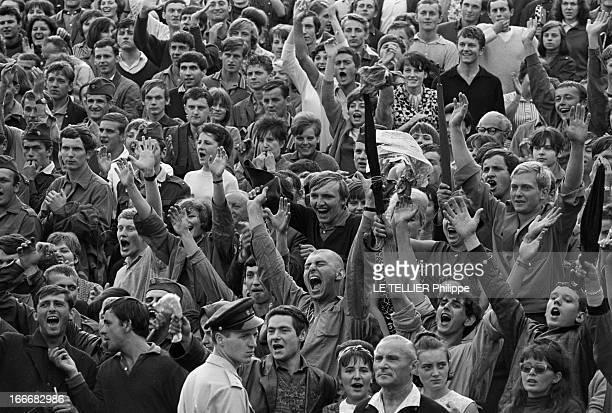 Johnny Hallyday In Czechoslovakia En Tchécoslovaquie le 6 juillet 1966 lors du concert de Johnny Hallyday le public les bras en l'air devant le...
