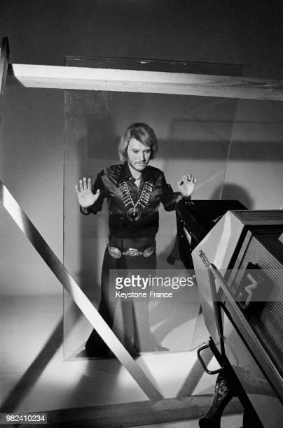 Johnny Hallyday lors de l'enregistrement de son show pour la télévision aux studios des ButtesChaumont à Paris en France le 16 avril 1969