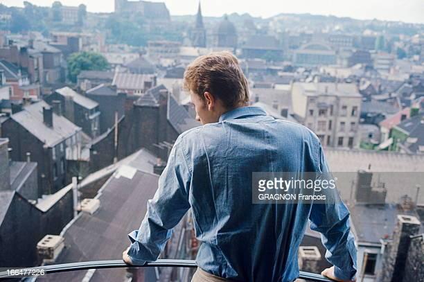 Johnny Hallyday On Tour Johnny HALLYDAY contemplant les toits de Liège en Belgique lors de sa tournée de 1963