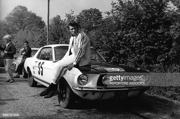 Johnny Hallyday participe à un rallye au volant d'une Ford Mustang en France circa 1960