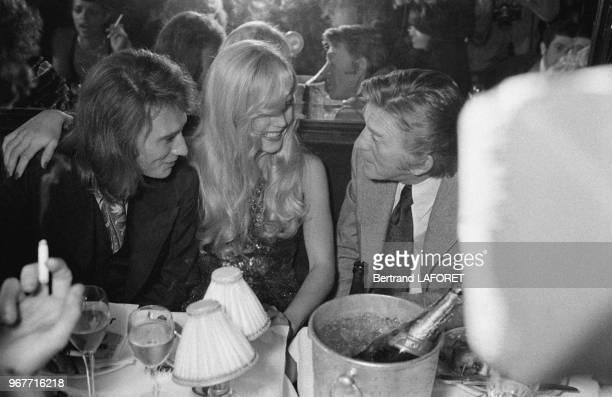 Johnny Hallyday Sylvie Vartan et Kirk Douglas lors d'un dîner chez Maxim's le 28 septembre 1971 à Paris France
