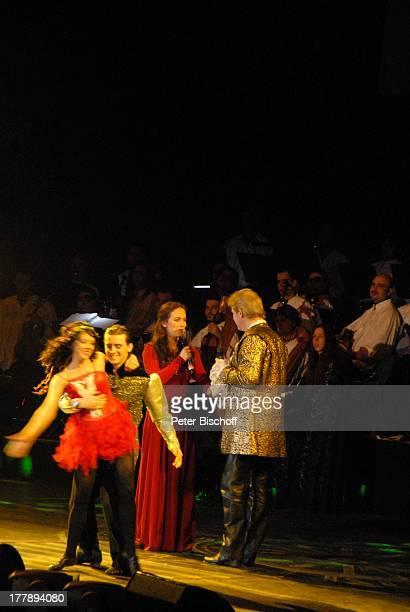 """Johnny Logan als """"König Arthur"""" und Judy Weiss mit Tänzern, Deutschlandpremiere """"Excalibur - Die musikalische Auferstehung einer Legende"""" von Alan..."""