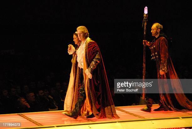 Johnny Logan als König Arthur und Judy Weiss rechts daneben Michael Mendl Deutschlandpremiere Excalibur Die musikalische Auferstehung einer Legende...