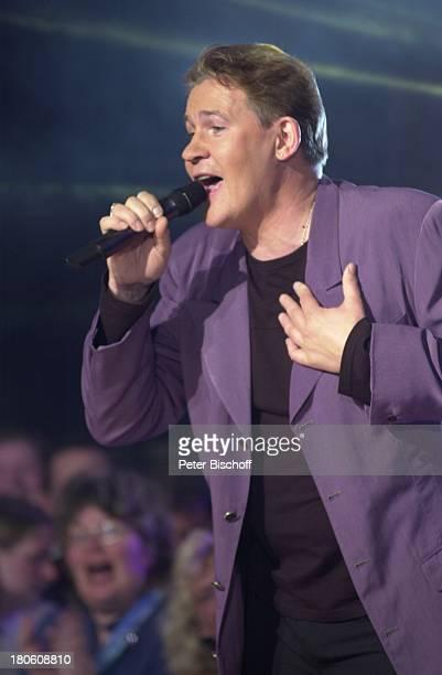 """Johnny Logan, ARD-Musikshow """"Das Festival des deutschen Schlagers""""7, Bremen, """"Aladin"""", Bühne, Auftritt, Sänger, singen, Mikrofon, Mikrophon,..."""