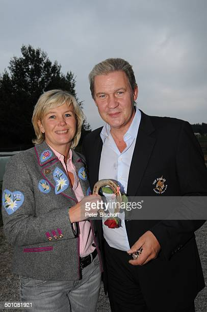 Johnny Logan Lebensgefährtin Tanja Suhrmann mit Hufeisen als Glücksbringer Party nach dem 16 Tabaluga Golf Cup beim Eagles Charity Turnier Tabaluga...