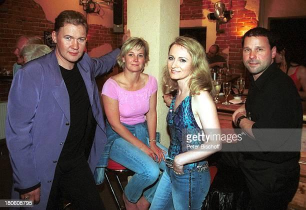 """Johnny Logan, Tanja Surmann , Sängerin Nicole , Ehemann Winfried Seibert , , nach der ARD-Musikshow """"Das Festival des deutschen Schlagers""""7, Bremen,..."""