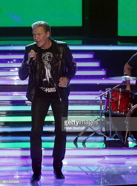 """Johnny Logan , ZDF-Musikshow """"Willkommen bei Carmen Nebel"""", Getec-Arena, Magdeburg, Sachsen-Anhalt, Deutschland, Europa, Bühne, Auftritt, Mikro,..."""