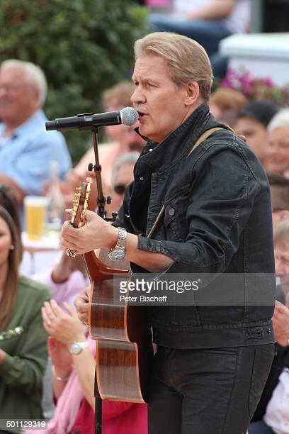 Johnny Logan ZDFSonntagsshow Fernsehgarten Mainz RheinlandPfalz Deutschland Europa Show Auftritt Bühne Mikro singen Gitarre Instrument...