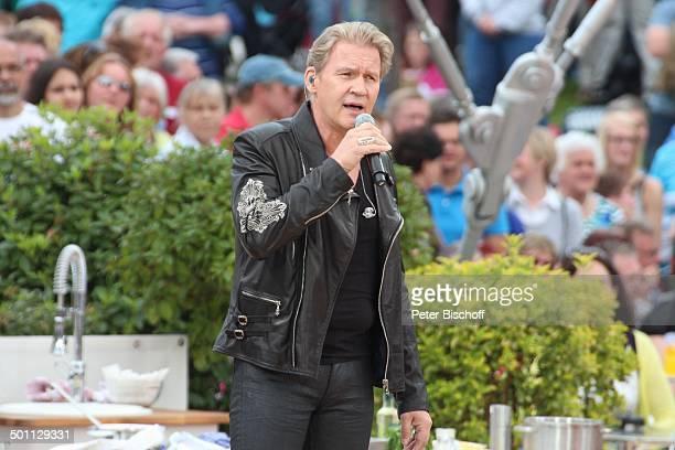 """Johnny Logan , ZDF-Sonntagsshow """"Fernsehgarten"""", Mainz, Rheinland-Pfalz, Deutschland, Europa, Show, Auftritt, Bühne, Mikro, singen, Zuschauer,..."""