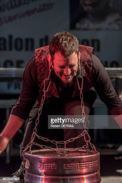 Johnny Strange performer anglais exécute un numéro de fakir au Lyon Tatoo convention de Villeurbanne le 7 février 2015 à Villeurbanne, France.