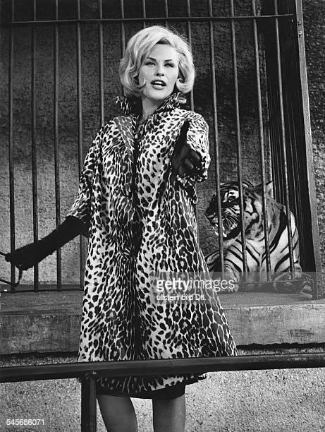 Johns Bibi *Schlagersaengerin Schauspielerin S im Pelzmantel vor einem Tigerkaefig 1963