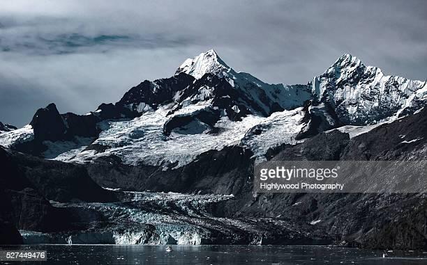 johns hopkins glacier with mt orville & mt wilbur towering above. - highlywood - fotografias e filmes do acervo