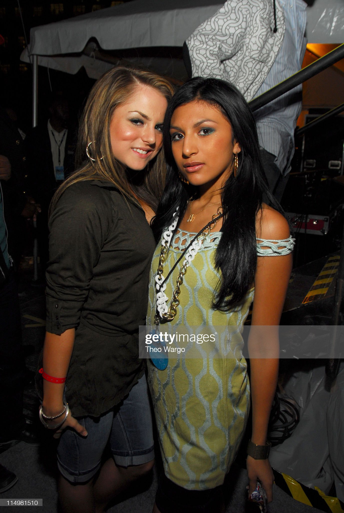 ¿Cuánto mide Paula DeAnda? - Altura - Real height Jojo-and-paula-deanda-during-z100-party-plane-with-dkny-jeans-to-the-picture-id114981510?s=2048x2048