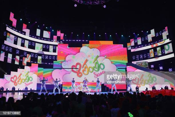 Jojo Siwa performs on stage with Los Polinesios during the Nickelodeon Kids' Choice Awards Mexico 2018 at Auditorio Nacional on August 19 2018 in...