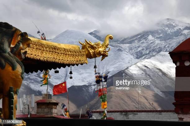 jokhang tempel in dragon - lhasa stockfoto's en -beelden