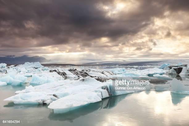 jokulsarlon glacial lagoon, iceland - gunnar örn árnason stock pictures, royalty-free photos & images