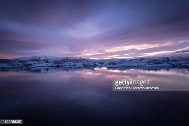 jokulsarlon glacier lagoon at sunset, iceland. dark low key - francesco riccardo iacomino iceland foto e immagini stock