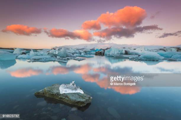 jokulsarlon glacier lagoon at sunset, iceland - バトナ氷河 ストックフォトと画像