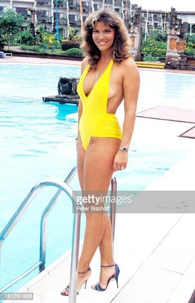 Jolanda Egger neben den Dreharbeiten zur ZDFReihe Traumschiff Folge 14 Bali Episode 2 Die kleine Kupplerin MS Berlin Deutschland Europa Pool Hotel...