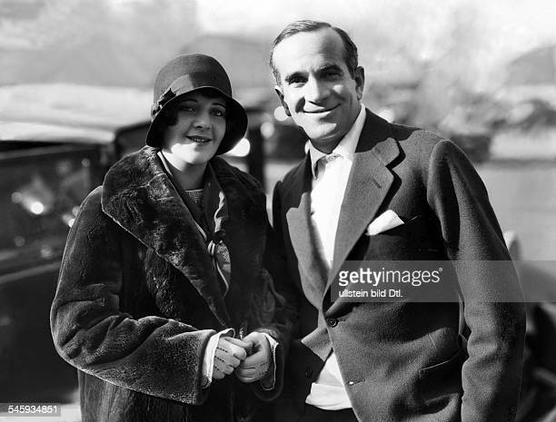 Jolson Al *26051886Saenger Entertainer USA mit seiner Ehefrau Originaltexte Mr and Mrs Al Jolson smile for the still cameraman Jolson is in Hollywood...