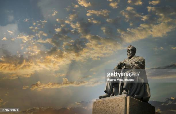 jomo kenyatta statue in nairobi. - jomo kenyatta stock pictures, royalty-free photos & images