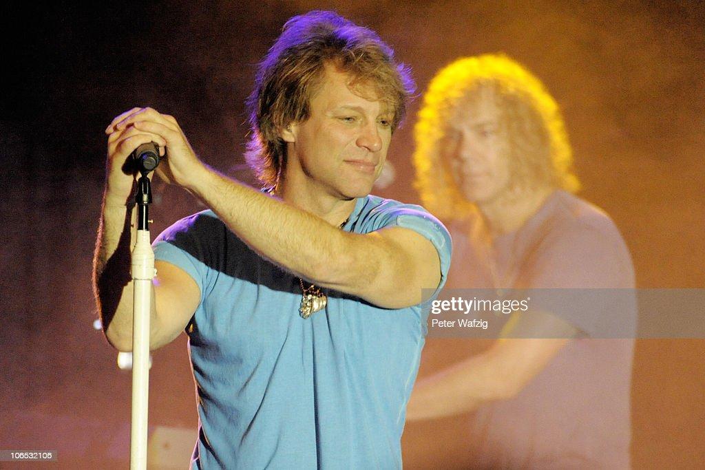 Bon Jovi Gives Exclusive 'Best Of' Concert : Nachrichtenfoto
