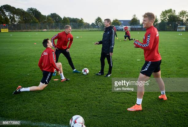 Jon Dahl Tomasson assistant coach of Denmark speaks to William Kvist Jens Stryger Larsen and Viktor Fischer during the Denmark training Session at...