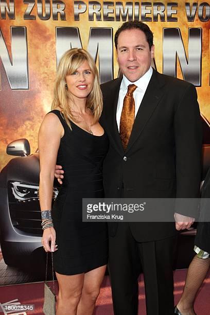 Jon Favreau Und Ehefrau Joya Tillem Bei Der Kinopremiere Von Iron Man Im Cinemaxx Am Potsdamer Platz In Berlin