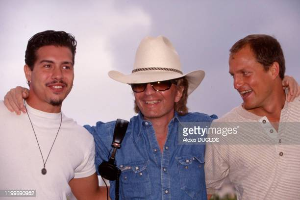 Jon Seda Michael Cimino et Woody Harrelson au photocall du film 'The Sunchaser' à Cannes France le 18 mai 1996