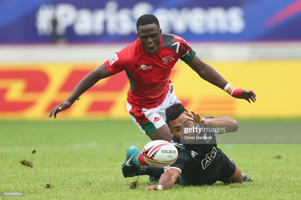 Jona Nareki of New Zealand and Erick Ombasa of Kenya challenge for the ball during the pool match between New Zealand and Kenya during the HSBC Paris Sevens at Stade Jean Bouin on June 9, 2018 in Paris, France.