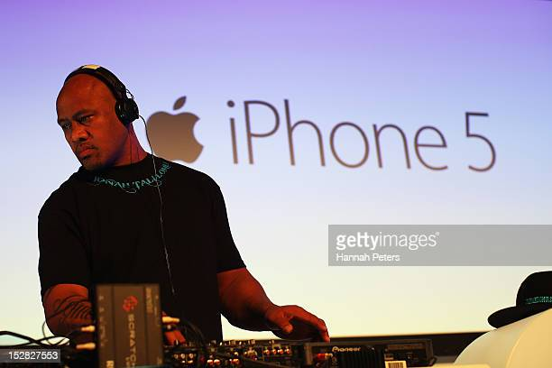 Jonah Lomu plays tunes during the launch of the new iPhone 5 on September 27 2012 in Auckland New Zealand Telecom with help of rugby great Jonah Lomu...