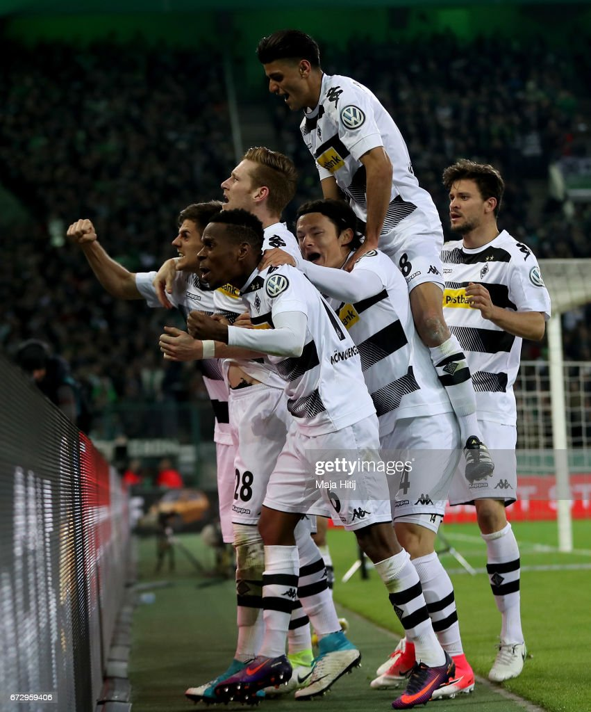 Jonas Hofmann (obscure9 of Moenchengladbach celebrate with his team mates after he scores the equalizing goal during the DFB Cup semi final match between Borussia Moenchengladbach and Eintracht Frankfurt at Borussia-Park on April 25, 2017 in Moenchengladbach, Germany.